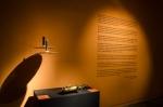 Detalhe de objetos dos retratados usados nas fotos e texto da curadora Denise Camargo.