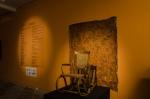 Entrada da exposição onde estava a cadeira de balanço da bisavó do autor, usada no seu autorretrato.