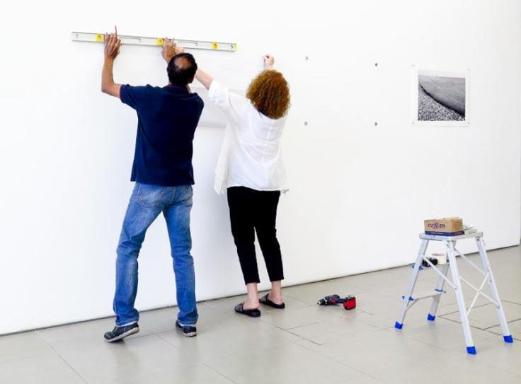 A montagem cuidadosa da exposição na galeria Bolsa de Arte.