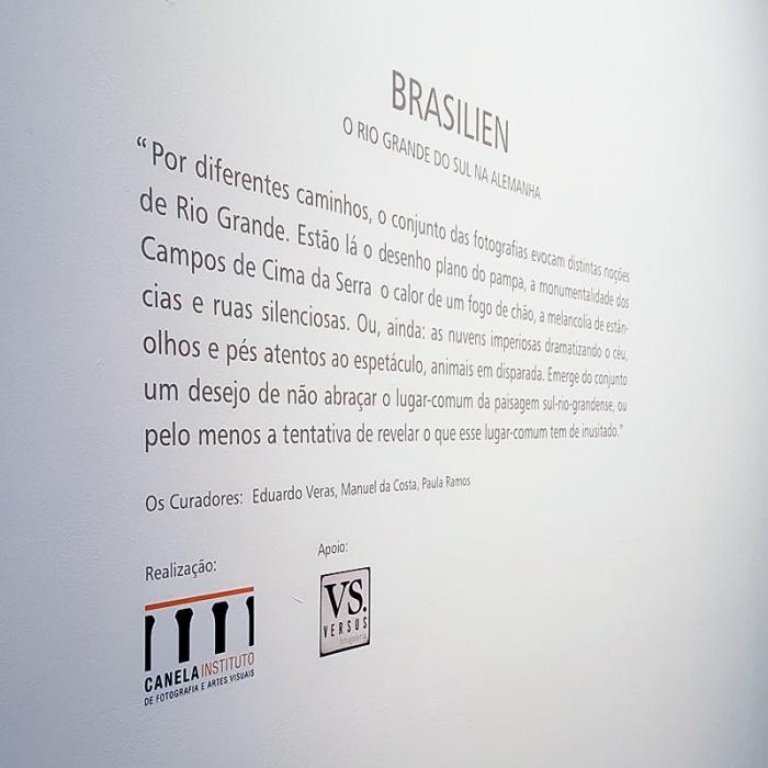 O texto dos curadores Eduardo Veras, Manuel da Costa e Paula Ramos.