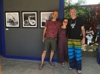 """Com os amigos Jacqueline Hoofendy e José Matarezi na exposição """"Autorretrato, atalho para minha poética"""", na Casa de Cultura."""