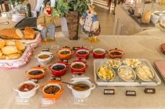Salão de café da manhã com produtos orgânicos e regionais.