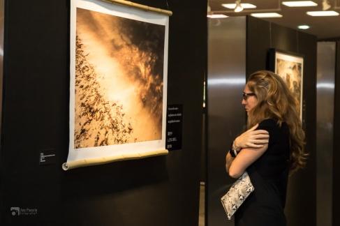 Público na vernissage da exposição na Assembleia.
