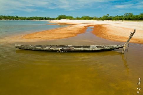 Canoa indígena no Rio Araguaia, Parque Estadual do Cantão.