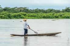 Seu Dito na canoa de um pau só