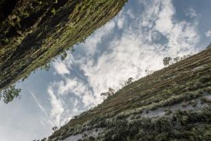 Serra do Corvo Branco, 1150 metros de altitude, maior corte em rocha arenitica do Brasil com 90 metros de altura, zona de recarga direta do Aquifero Guarani, Urubici, Santa Catarina - foto de Ze Paiva - Vista Imagens