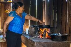 Dona Domingo fritando pacú.