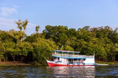 Barco regional da Amazônia navegando na foz do Rio Ariaú. Foto de Marcos Amend/Pulsar Imagens
